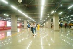 Shenzhen, Chiny: krajobraz Che Kung Świątynna stacja metru, samiec i kobiety pasażery zdjęcia royalty free