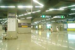 Shenzhen, Chiny: krajobraz Che Kung Świątynna stacja metru, samiec i kobiety pasażery fotografia royalty free