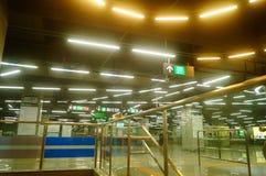 Shenzhen, Chiny: krajobraz Che Kung Świątynna stacja metru, samiec i kobiety pasażery obrazy royalty free