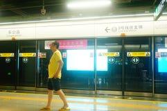 Shenzhen, Chiny: krajobraz Che Kung Świątynna stacja metru, samiec i kobiety pasażery zdjęcie stock