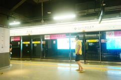 Shenzhen, Chiny: krajobraz Che Kung Świątynna stacja metru, samiec i kobiety pasażery fotografia stock