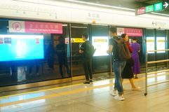 Shenzhen, Chiny: krajobraz Che Kung Świątynna stacja metru, samiec i kobiety pasażery obraz stock