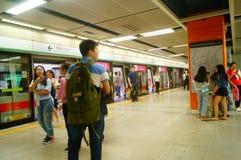 Shenzhen, Chiny: krajobraz Che Kung Świątynna stacja metru, samiec i kobiety pasażery obraz royalty free