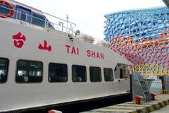 SHENZHEN, CHINY MAY 11, 2017: turboodrzutowy Tai shan w portowym czekaniu dla ludzi zapewnia usługa między Hong Kong Obraz Stock