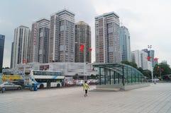 Shenzhen, Chiny: miastowa budowa i ruchu drogowego krajobraz zdjęcia stock