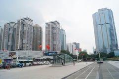 Shenzhen, Chiny: miastowa budowa i ruchu drogowego krajobraz zdjęcie royalty free