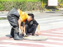 Shenzhen, Chiny: miastowi ściekowi bagrownica pracownicy obraz stock
