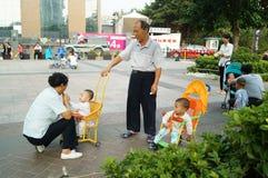Shenzhen, Chiny: opieka dla wnuków Obrazy Royalty Free