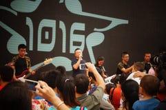 Shenzhen, Chiny: policja w śpiewackim występie Zdjęcie Royalty Free