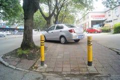 Shenzhen, Chiny: samochód parkujący na chodniczku Obrazy Stock