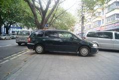 Shenzhen, Chiny: samochód parkujący na chodniczku Fotografia Royalty Free