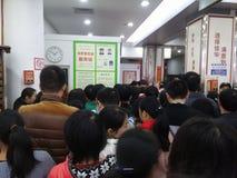 Shenzhen, Chiny: supermarket robi zakupy pełno RMB 60 Juan, z UnionPay portflem może dostawać 30 RMB Juan rabat Zdjęcie Royalty Free