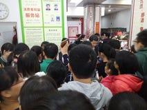 Shenzhen, Chiny: supermarket robi zakupy pełno RMB 60 Juan, z UnionPay portflem może dostawać 30 RMB Juan rabat Zdjęcia Stock