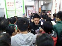 Shenzhen, Chiny: supermarket robi zakupy pełno RMB 60 Juan, z UnionPay portflem może dostawać 30 RMB Juan rabat Fotografia Royalty Free