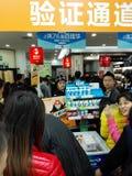 Shenzhen, Chiny: supermarket robi zakupy pełno RMB 60 Juan, z UnionPay portflem może dostawać 30 RMB Juan rabat Zdjęcie Stock