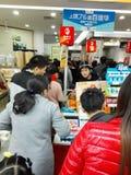 Shenzhen, Chiny: supermarket robi zakupy pełno RMB 60 Juan, z UnionPay portflem może dostawać 30 RMB Juan rabat Obrazy Royalty Free