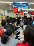 Shenzhen, Chiny: supermarket robi zakupy pełno RMB 60 Juan, z UnionPay portflem może dostawać 30 RMB Juan rabat Zdjęcia Royalty Free