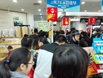 Shenzhen, Chiny: supermarket robi zakupy pełno RMB 60 Juan, z UnionPay portflem może dostawać 30 RMB Juan rabat Obraz Royalty Free