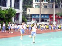 Shenzhen, Chiny: szkoła podstawowa ucznie w fizycznej edukaci klasie fotografia royalty free