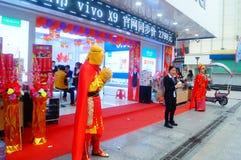 Shenzhen, Chiny: telefonów komórkowych sklepy otwierali, słońce Wukong i młode kobiety tanczy przyciągać klientów Fotografia Royalty Free