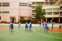 Shenzhen, Chiny: uczeń sztuki koszykówka na boisko do koszykówki Zdjęcie Stock