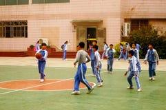 Shenzhen, Chiny: uczeń sztuki koszykówka na boisko do koszykówki Zdjęcie Royalty Free
