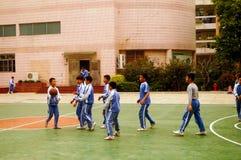 Shenzhen, Chiny: uczeń sztuki koszykówka na boisko do koszykówki Obraz Stock