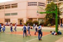 Shenzhen, Chiny: uczeń sztuki koszykówka na boisko do koszykówki Fotografia Stock