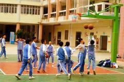 Shenzhen, Chiny: uczeń sztuki koszykówka na boisko do koszykówki Obraz Royalty Free