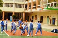 Shenzhen, Chiny: uczeń sztuki koszykówka na boisko do koszykówki Obrazy Stock
