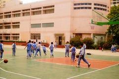 Shenzhen, Chiny: uczeń sztuki koszykówka na boisko do koszykówki Zdjęcia Stock
