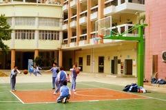 Shenzhen, Chiny: uczeń sztuki koszykówka na boisko do koszykówki Zdjęcia Royalty Free