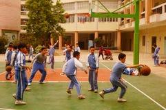 Shenzhen, Chiny: uczeń sztuki koszykówka na boisko do koszykówki Obrazy Royalty Free