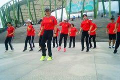 Shenzhen, Chiny: Weekendowa rozrywka, kobieta taniec, i relaksujemy obrazy stock