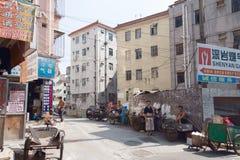 SHENZHEN, CHINY, 2011-07-24: widok odpoczynkowi pracownicy w biedzie dis Obrazy Stock
