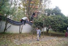 Shenzhen, Cina: bambini che giocano nel parco Fotografia Stock Libera da Diritti