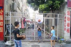 Shenzhen, Cina: bambini che giocano pallacanestro Immagini Stock Libere da Diritti