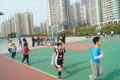 Shenzhen, Cina: Bambini che giocano pallacanestro Fotografia Stock