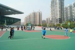Shenzhen, Cina: Bambini che giocano pallacanestro Immagine Stock