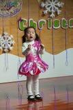 SHENZHEN, CINA, 2011-12-23: Bambino cinese in costume del fiore per Fotografia Stock Libera da Diritti