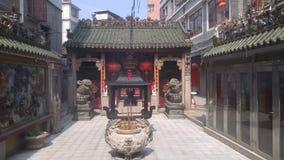 Shenzhen, Cina: bruci l'incenso ed adori Buddha nel tempio video d archivio