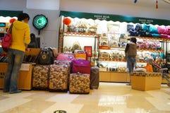 Shenzhen, Cina: compri le borse Immagine Stock
