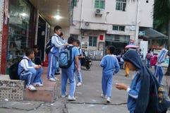 Shenzhen, Cina: dopo gli allievi della scuola Fotografie Stock Libere da Diritti