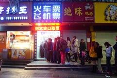 Shenzhen, Cina: fare la coda per comprare i biglietti di treno Fotografia Stock
