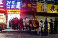 Shenzhen, Cina: fare la coda per comprare i biglietti di treno Immagine Stock