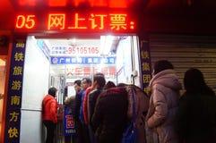 Shenzhen, Cina: fare la coda per comprare i biglietti di treno Immagine Stock Libera da Diritti
