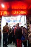 Shenzhen, Cina: fare la coda per comprare i biglietti di treno Immagini Stock Libere da Diritti