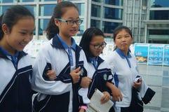 Shenzhen, Cina: gli studenti della High School si dirigono dalla scuola Fotografie Stock