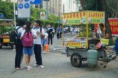 Shenzhen, Cina: gli studenti della scuola secondaria vanno a casa sulla via di casa Immagine Stock