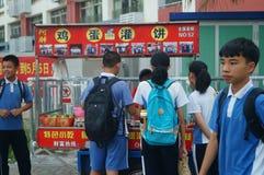 Shenzhen, Cina: gli studenti della scuola secondaria vanno a casa sulla via di casa Immagini Stock Libere da Diritti